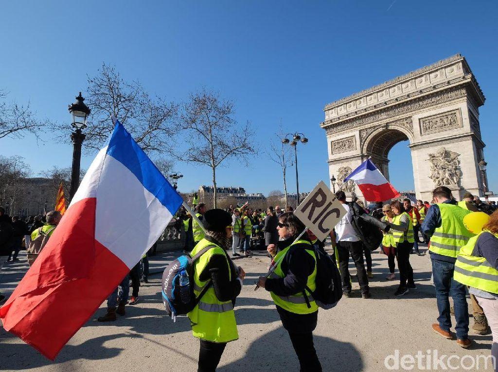 Foto: Saat Arc de Triomphe Diserbu Si Rompi Kuning