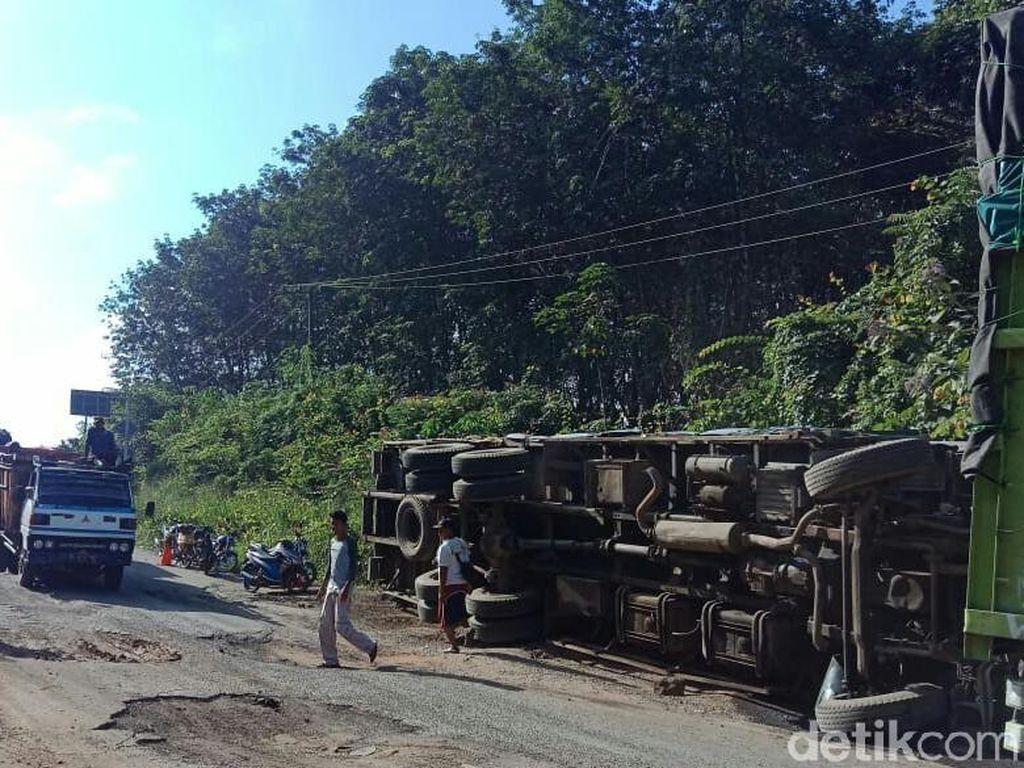 Jalan Hancur, 4 Mobil Tumbang Tiap Hari di Lintas Timur Sumatera