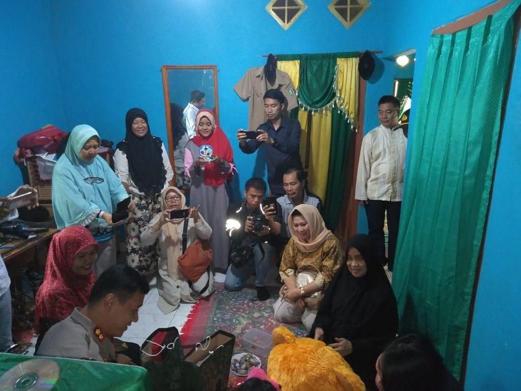Temui Korban Incest di Lampung, Polisi Beri Bingkisan dan Dukungan Moral