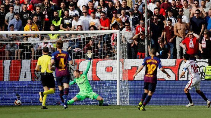 Tandang ke Estadio Ramos Sanchez Pizjuan, Sabtu (23/2/2019) malam WIB, Barcelona kebobolan lebih dulu. Jesus Navas mencetak gol untuk Sevilla di menit ke-22. Foto: Marcelo del Pozo/Reuters