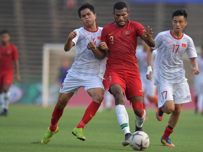 Timnas Indonesia U-23 saat melawan Vietnam di Piala AFF 2019. (Foto: Nyoman Budhiana/Antara Foto)