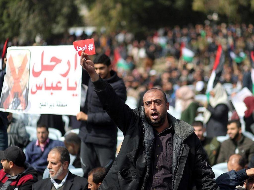 Ribuan Demonstran di Gaza Serukan Presiden Palestina Mundur