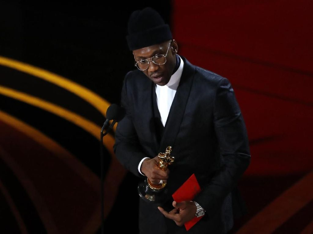 Mahershala Ali Dedikasikan Piala Kemenangan Oscar untuk Sang Nenek