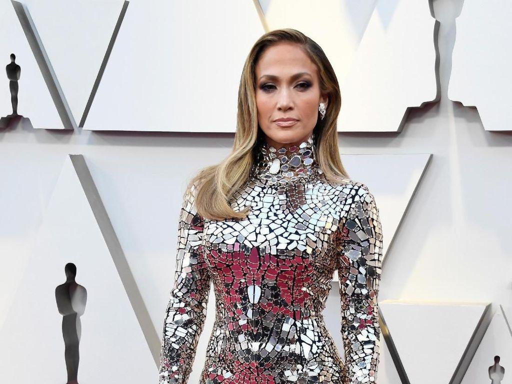 Melihat Cincin Tunangan Jennifer Lopez Bertahta Berlian Senilai Rp 71 M