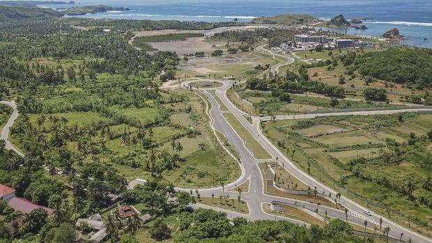 Foto areal ruas jalan gerbang barat Kawasan Ekonomi Khusus (KEK) Mandalika di Desa Kuta, Kecamatan Pujut, Praya, Lombok Tengah, NTB, Minggu (24/2/2019). Di kawasan pariwisata yang dikelola Indonesia Tourism Development Corporation (ITDC) itu akan dibangun sirkuit berkelas MotoGP dengan konsep ÒStreet CircuitÓ yang memiliki trek sepanjang 4,32 km dengan 18 tikungan dimana badan jalan akan mulai dibangun Oktober 2019 dan ditargetkan selesai pada akhir 2020.ANTARA FOTO/Ahmad Subaidi/ama.