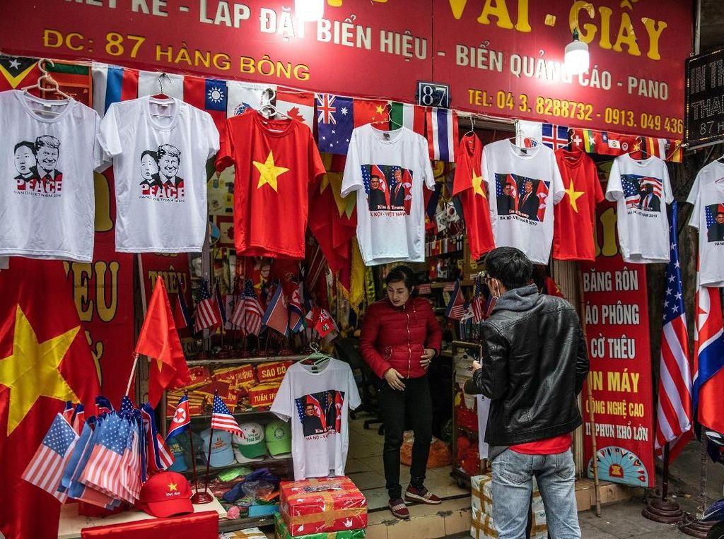Beragam Atribut Kim Jong Un-Trump Hiasi Sudut Kota Vietnam