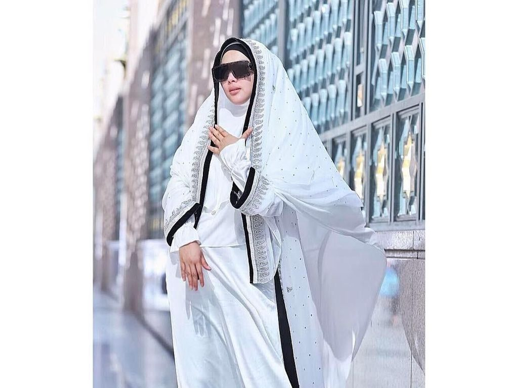 Beda Gaya Hijab Syahrini dan Luna Maya Saat Umrah, Lebih Suka Siapa?