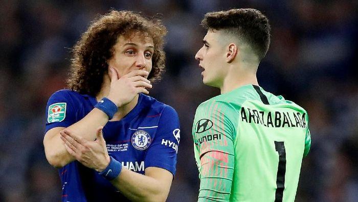 David Luiz bicara kepada Kepa Arrizabalaga saat kiper Chelsea itu menolak diganti di final Piala Liga Inggris (Foto: Carl Recine/Action Images via Reuters)