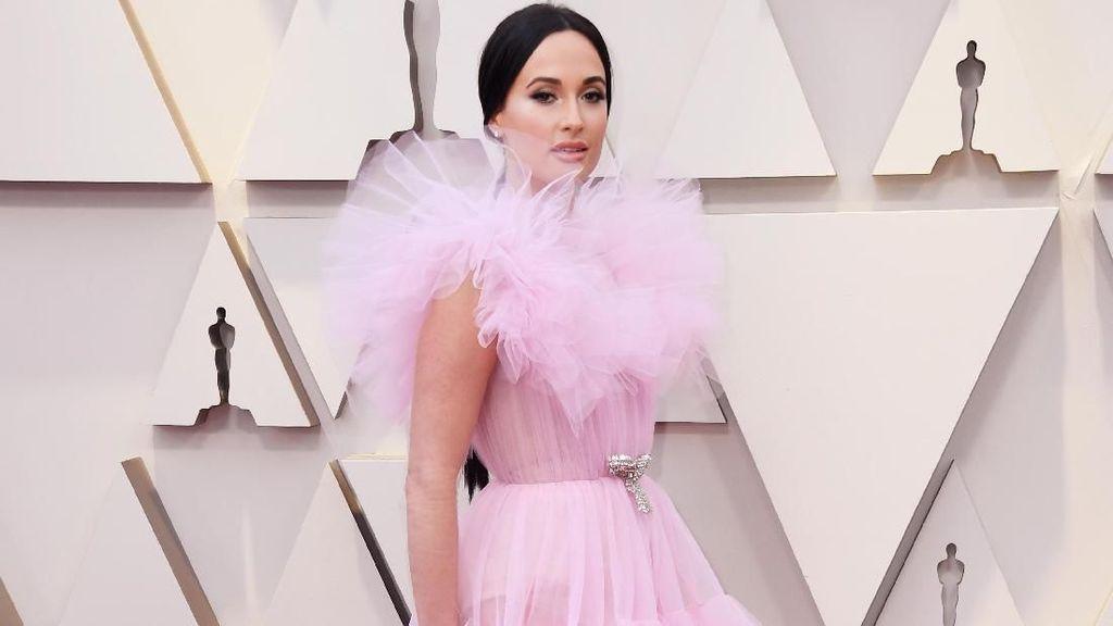 Ultrafeminine, Cantiknya Para Aktris yang Tampil Heboh dengan Gaun Pink