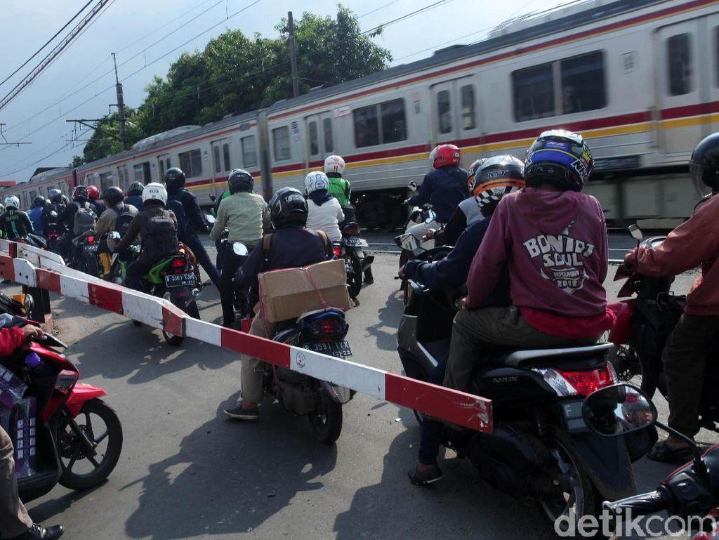 Parah! Saat Kereta Melintas, Pemotor Sibuk Mendekat