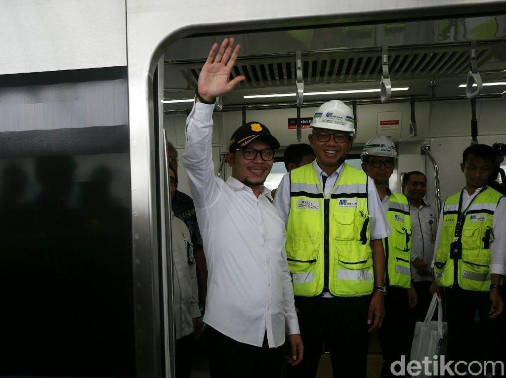 Lambaian Tangan Menaker Saat Jajal MRT