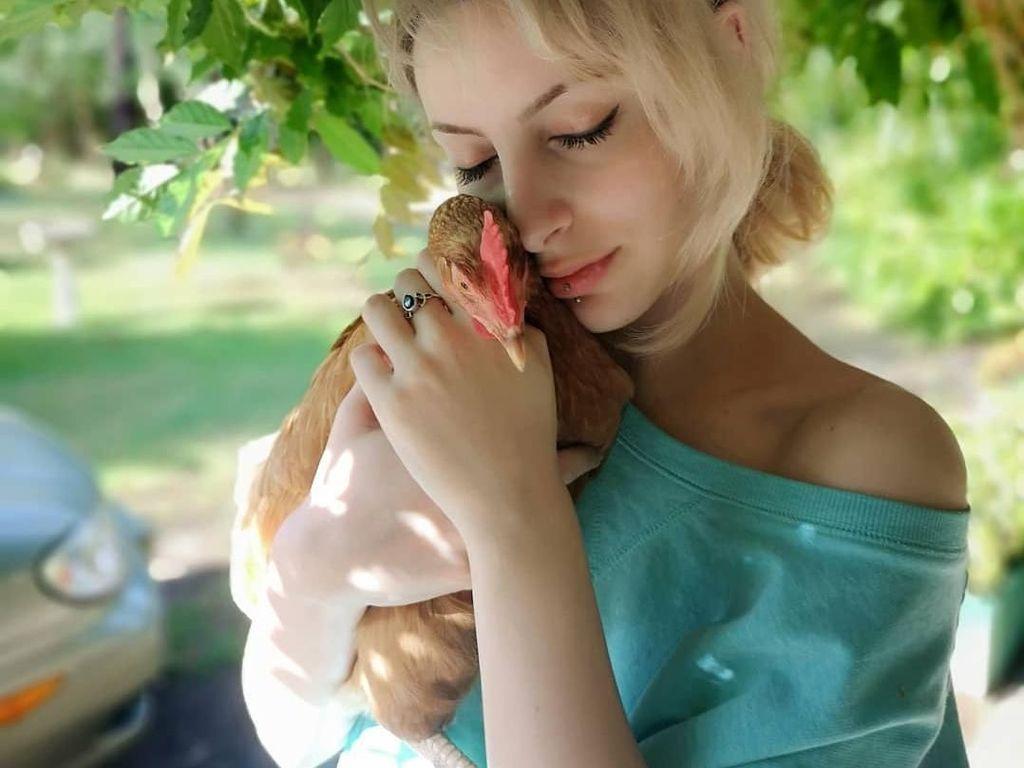 Potret Wanita yang Bersahabat dengan Ayam, Diajak Kencan Hingga Belanja