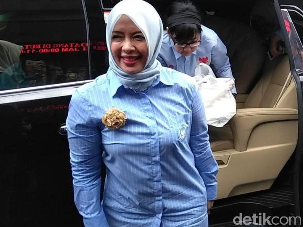 Istri Sandiaga Jenguk Ahmad Dhani Bawa Camilan