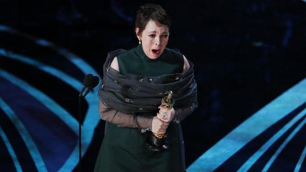 Tiba giliran kategori best leading actress yang dibacakan, nama Olivia Colman yang berperan sebagai Ratu Anne menjadi aktris terbaik.
