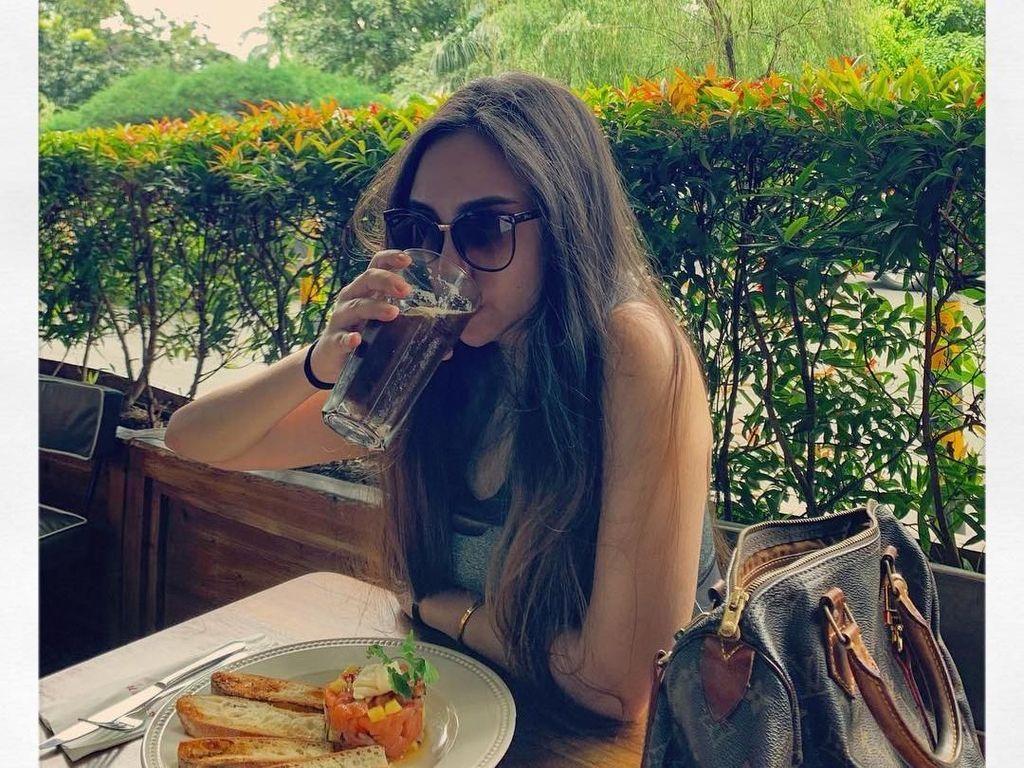 Penggemar Berat Kafein, Ini Pose Salmafina, Putri Pengacara Sunan Kalijaga Saat Ngopi