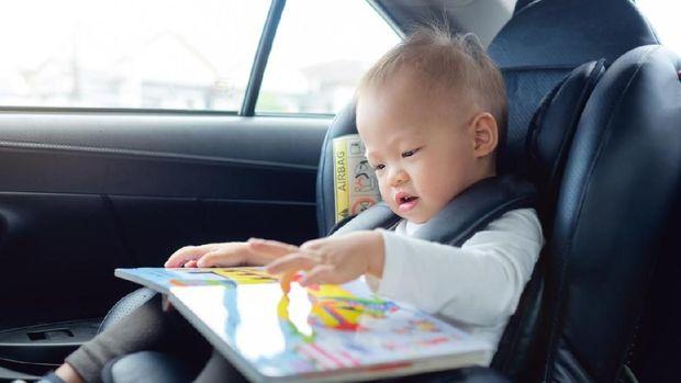 Ilustrasi bayi baca buku