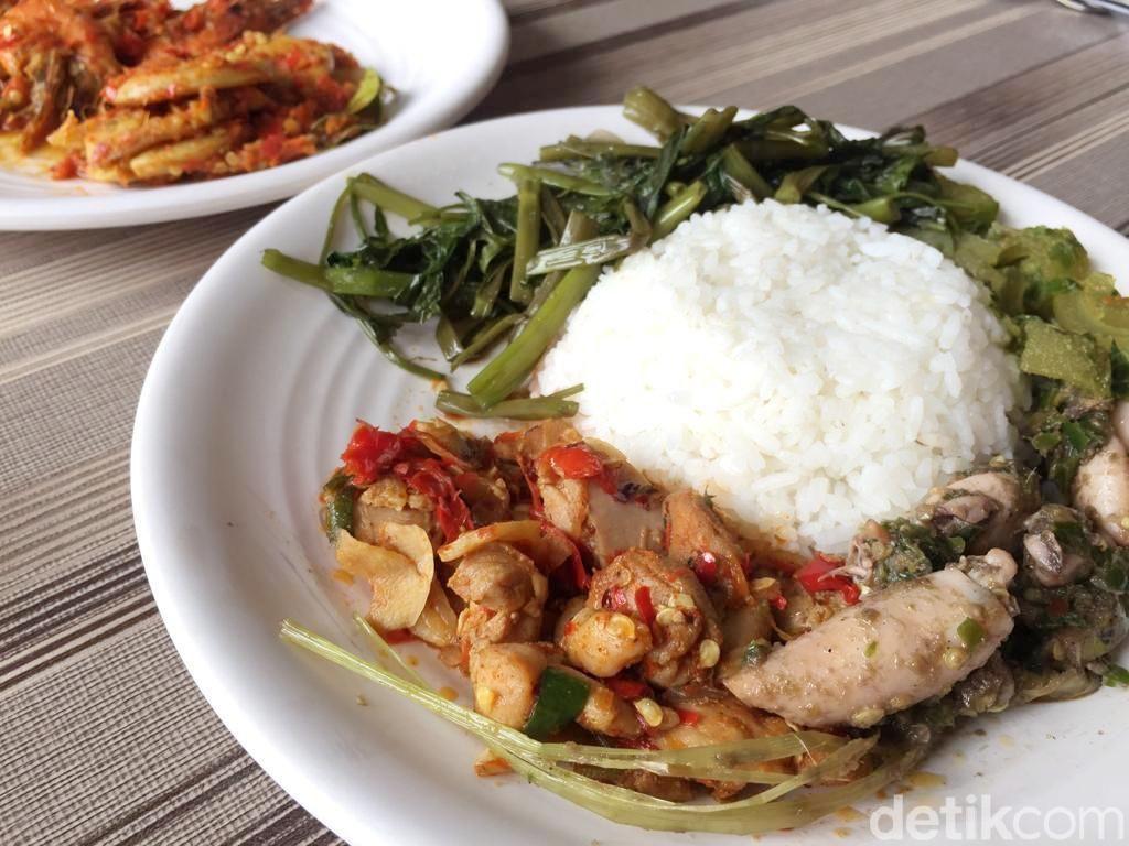 Dapoer Bang Jali: Huah! Pedasnya Ayam Jali-jali dan Kikil Cabe Ijo ala Denny Cagur