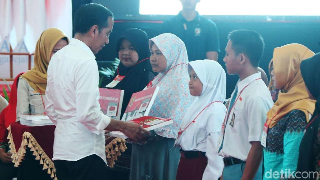 Semringahnya Jokowi Serahkan Bansos PKH dan BPNT di Cilacap