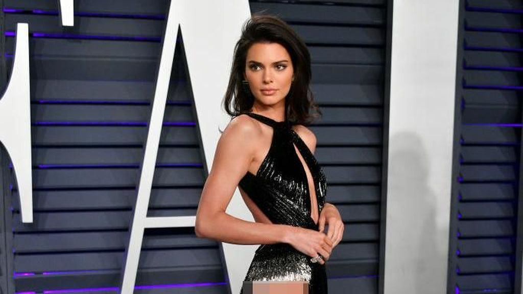 Kendall Jenner Curi Perhatian Tampil Tanpa Underwear di Pesta Oscars 2019