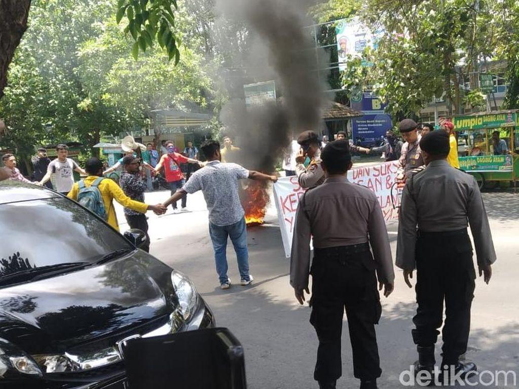 Bakar Ban di Jalan, Demo Mahasiswa di Jombang Dibubarkan Paksa