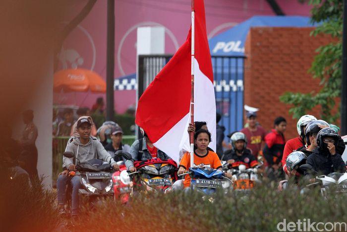 Rombongan Jakmania tiba di Stadion Utama Gelora Bung Karno, Jakarta, Selasa (26/2/2019).