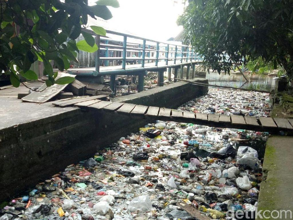 Jorok! Anak Sungai Musi Penuh Sampah dan Bau Tak Sedap
