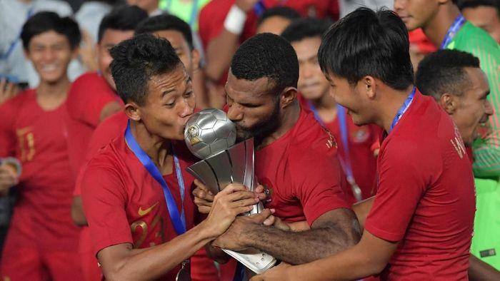 Pemain Timnas Indonesia U-22 mencium trofi Piala AFF U-22, usai memenanginya berkat mengalahkan Thailand 2-1 di final. (Foto: Antara Foto/Nyoman Budhiana)