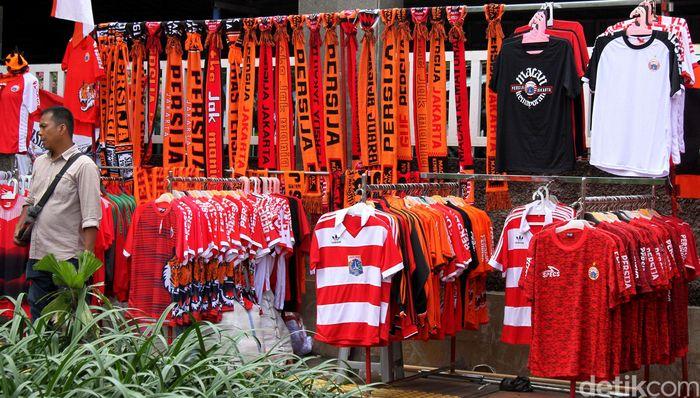 Sejumlah lapak atribut Persija hiasi sekitaran Stadion Utama Gelora Bung Karno, Jakarta. Selasa (26/2/2019).