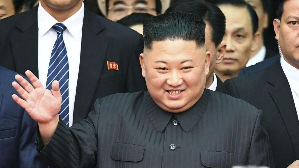 Senyum Cerah Kim Jong Un Saat Tiba di Vietnam