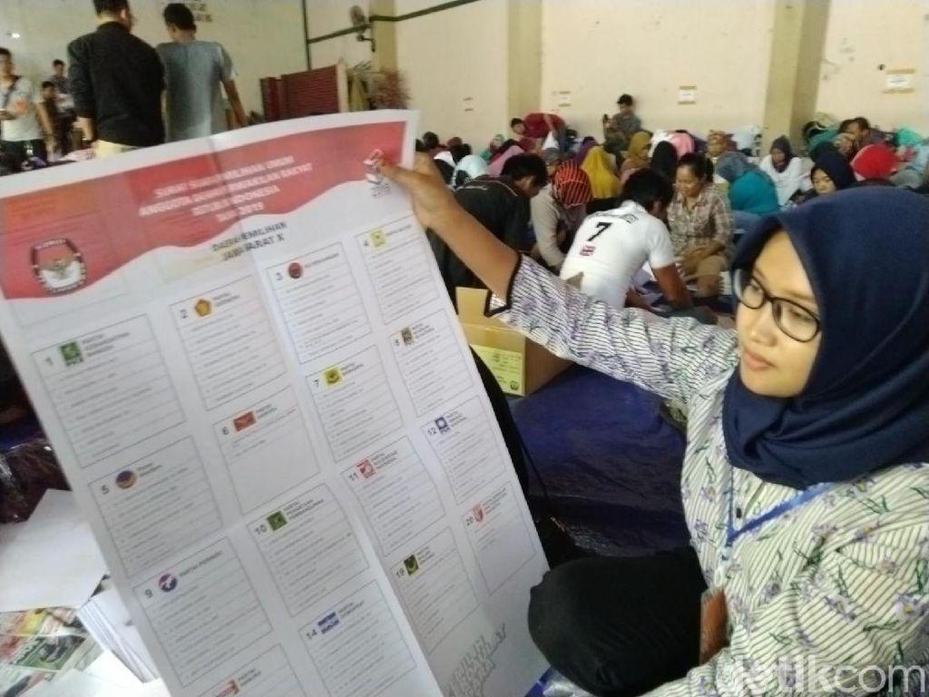 Ratusan Warga Ciamis Sortir-Lipat 4,8 Juta Surat Suara Pemilu