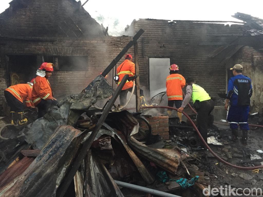 Korsleting, Rumah dan Bengkel Motor di Mojokerto Ludes Terbakar