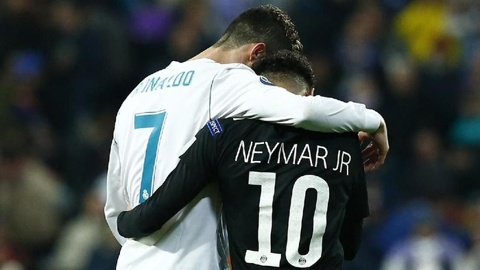 MADRID, SPAIN - FEBRUARY 14:  Cristiano Ronaldo of Real Madrid and Neymar of PSG embrace at half time during the UEFA Champions League Round of 16 First Leg match between Real Madrid and Paris Saint-Germain at Bernabeu on February 14, 2018 in Madrid, Spain.  (Photo by Gonzalo Arroyo Moreno/Getty Images)
