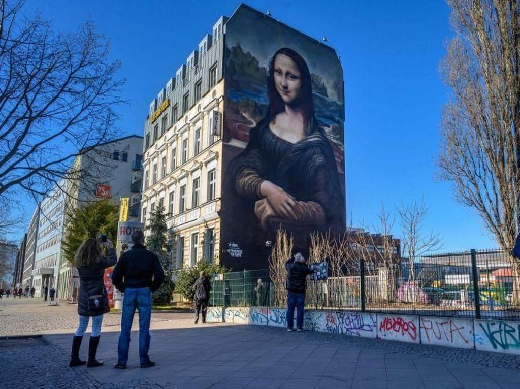 Mural Raksasa Mona Lisa yang Wajahnya Facelift Ada di Berlin