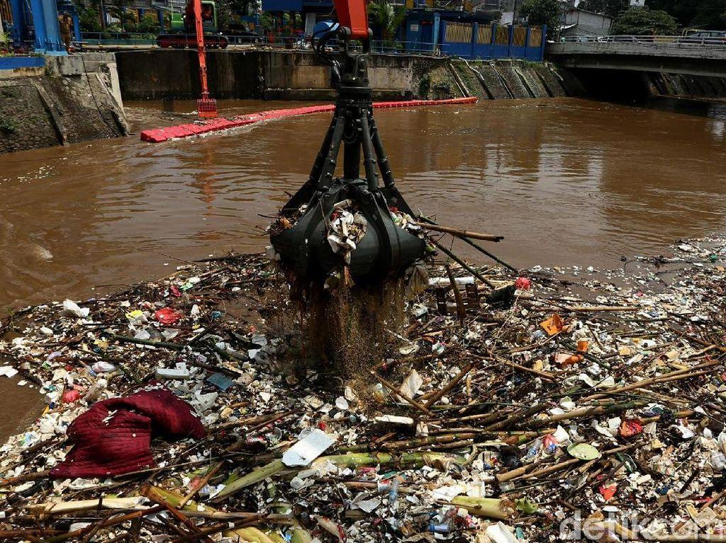 Penampakan Sampah di Pintu Air Manggarai Dibersihkan