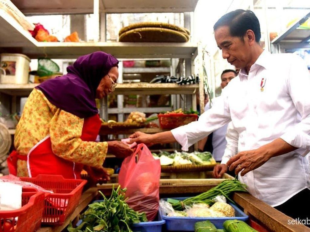 Jokowi Blusukan di Pasar Cilacap, Sandiaga Sibuk Makan Seafood di Kupang