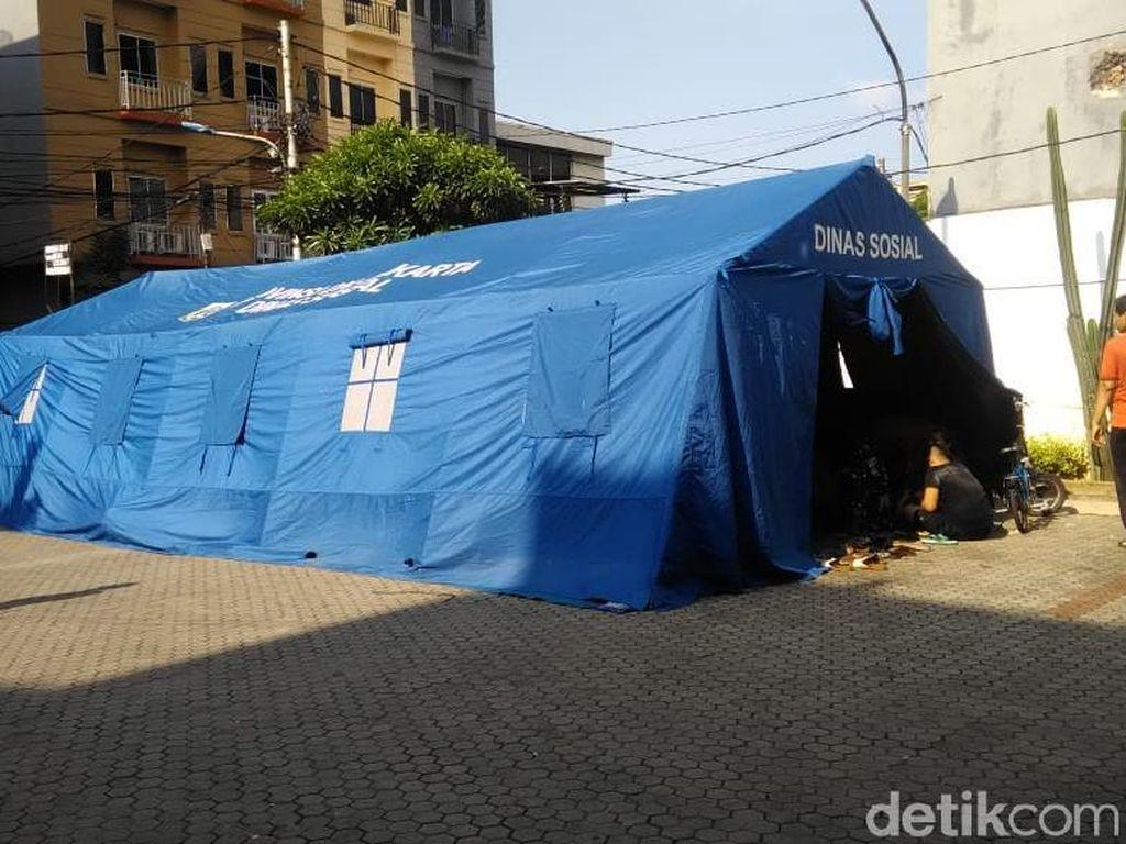 Korban Kebakaran di Krukut Jakbar Ngungsi di Tenda, Butuh Makanan-Pakaian