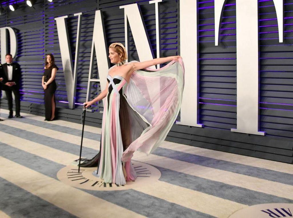 Bertongkat karena Mengidap MS, Begini Penampilan Selma Blair di Oscar 2019