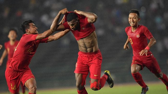 Marinus Wanewar berusaha melepas jersey saat merayakan gol. (Foto: Nyoman Budhiana/AntaraFoto)