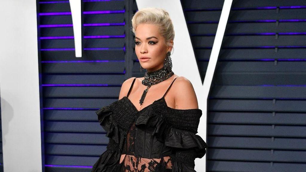Sexy In Black! Pesona Rita Ora dengan Gown Semi Transparan