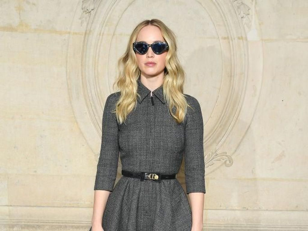 Gaya Jennifer Lawrence Pamer Cincin Tunangan Rp 2 M di Paris Fashion Week