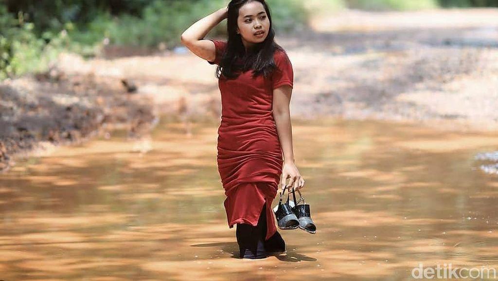 Melihat Pose ABG Cewek di Sumsel Jadi Foto Model di Jalan Rusak