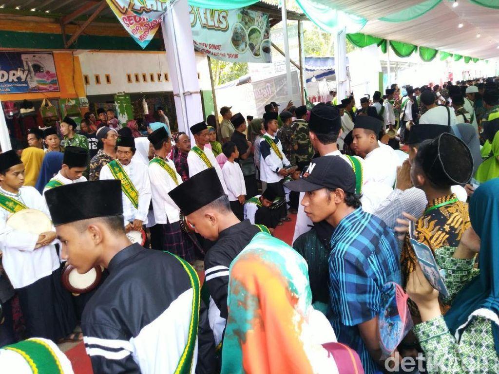 Warga Sambut Jokowi di Ponpes Miftahul Huda Banjar