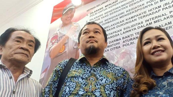 Budhi Sarwono mendampingi putrinya, mantan manajer Persibara Banjarnegara Lasmi Indaryani, ke Polda Metro Jaya.  (Samsuduha Wildansyah/detikSport)