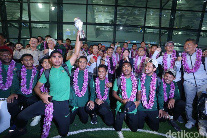 Para pemain Timnas U-22 mendapat pengalungan bunga saat tiba di Bandara Soekarno-Hatta, Cengkareng.