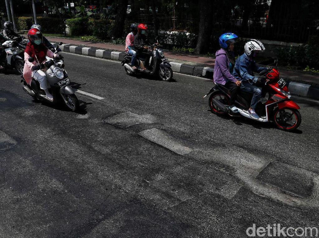 Ancaman Jalan Berlubang: Kendaraan Rusak, Risiko Kecelakaan Tinggi