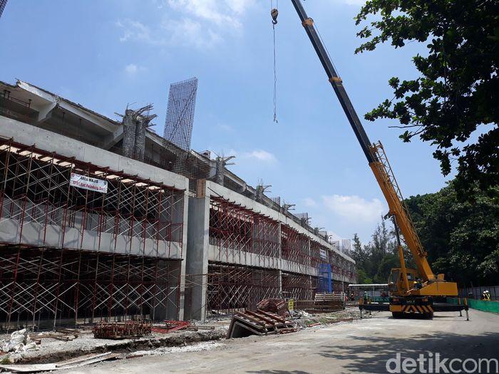 Pengerjaan besar yang nantinya digarap ialah pemasangan atap yang mengelilingi stadion. Atap yang sebelumnya hanya berada di tribun barat, kini akan dipasang di empat sisi tribune.