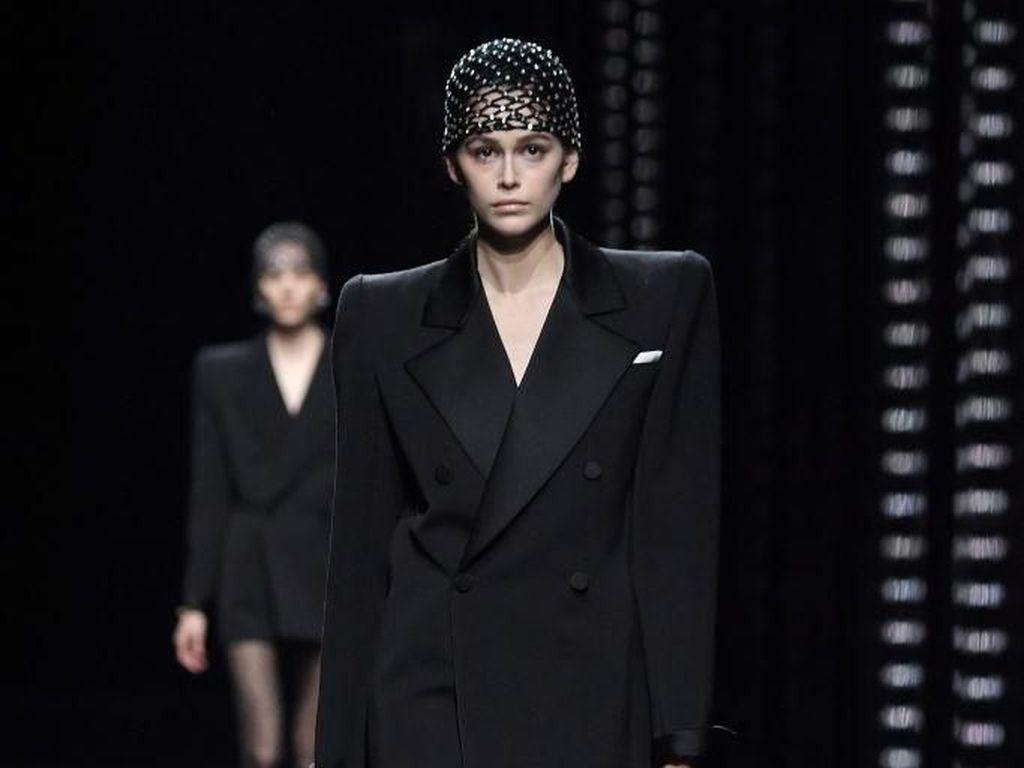 Foto: Seksinya Kaia Gerber Pakai Jas Tanpa Celana di Paris Fashion Week