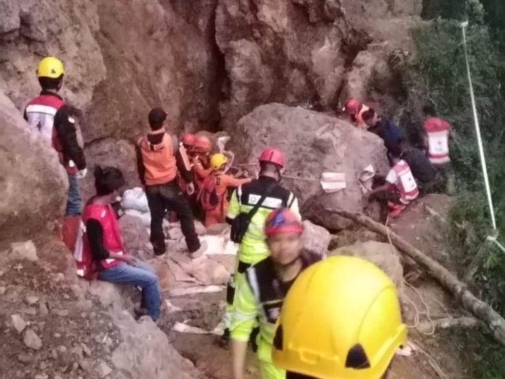 Bupati: Evakuasi Korban Tambang Longsor Sulit, Batu Disentuh Runtuh