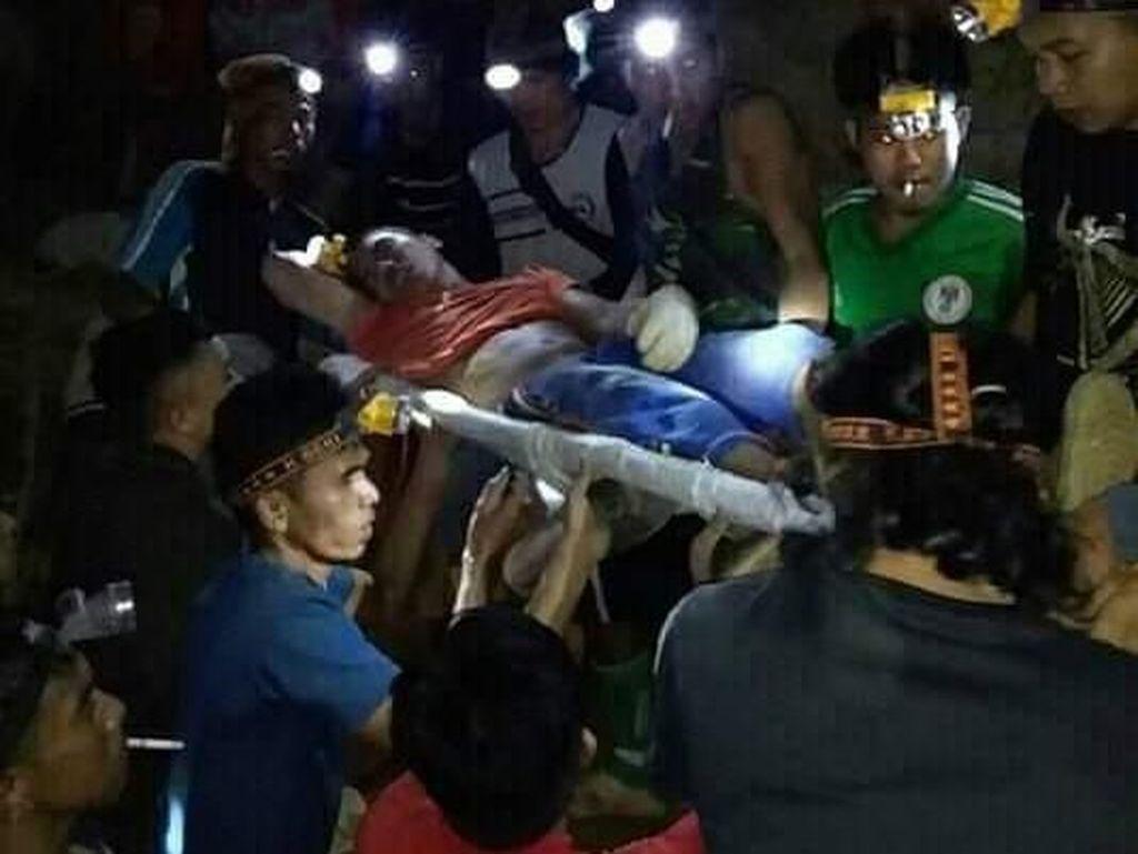 Evakuasi Pekerja Terjebak Tambang Emas Longsor