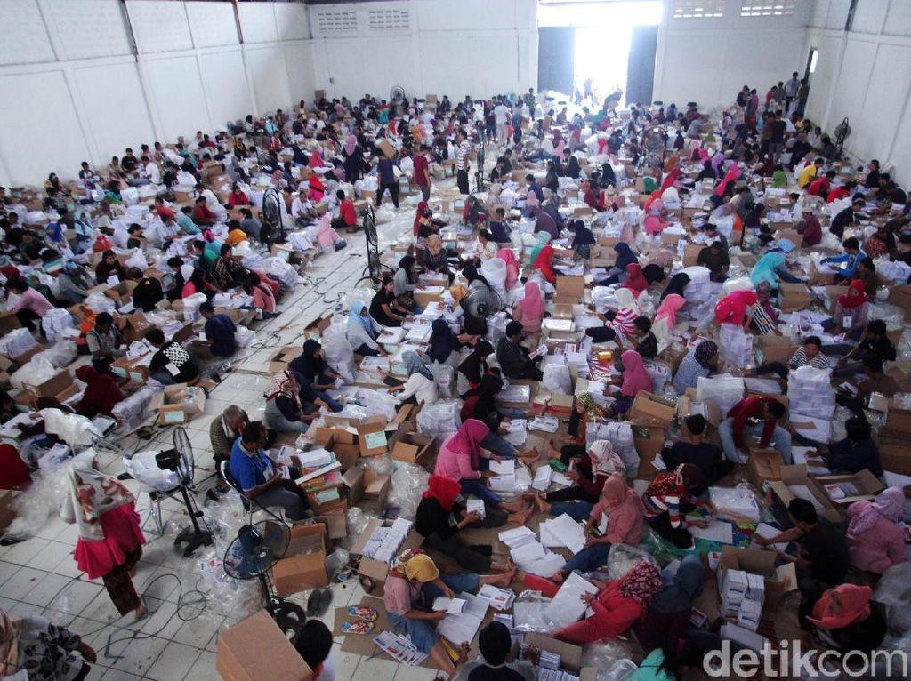 Ratusan Orang Lipat Surat Suara Pemilu di Bogor
